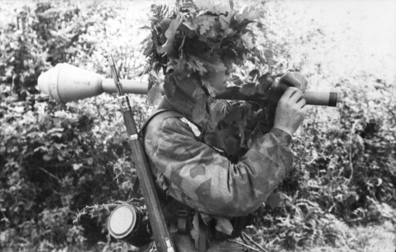 A German paratrooper decked out in Splittermuster pattern camouflage. (Image source: WikiCommons)